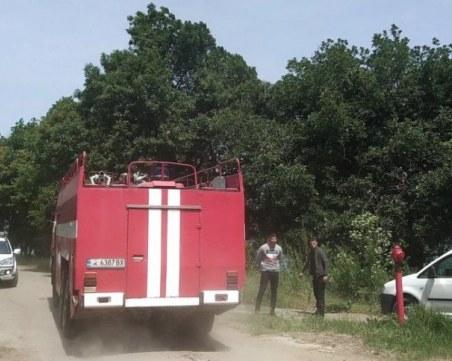 Две пожарни гасят пожара в