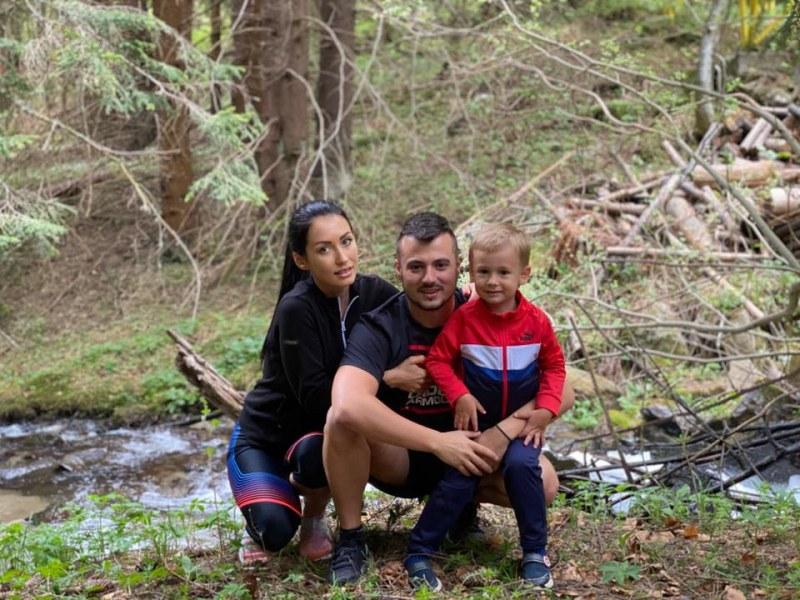 Джена и Наско Канара с мила семейна снимка насред гората