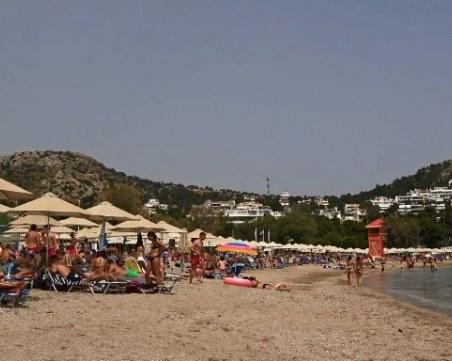 Плажовете в Гърция вече се пръскат по шевовете, температурите стигат до 36 градуса