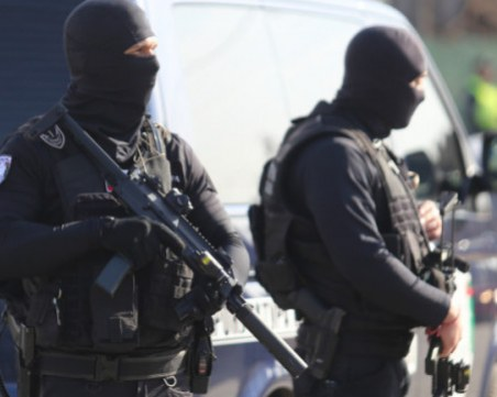 Блокираха Неделино заради маскирани крадци