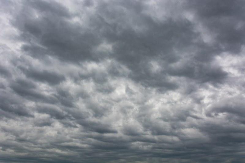 Гръмотевиците спират, облаците в опит да се разкъсат - какво време ни очаква?