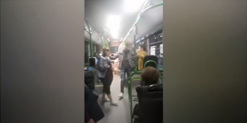 Младежи се хванаха на кръшно хоро в пловдивски автобус
