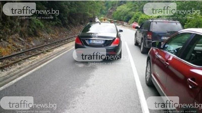 Неадекватен водач пререди чакащи на прелез коли и се опитва да вдигне спусната бариера