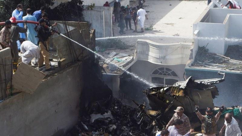 Поне двама оцелели при самолетната катастрофа в Пакистан, извадиха бебе от руините