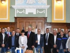 Премиерът поздрави кмета за рожденния му ден, райкметовете го изненадаха със символ на