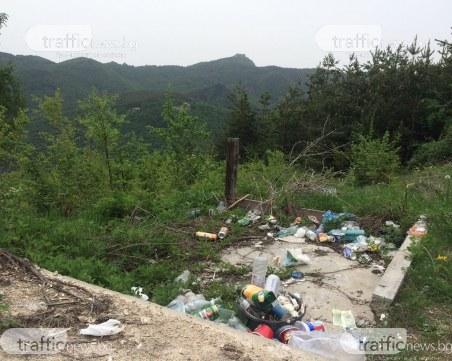 Туристи използват природата за кошче за боклук край Белинташ