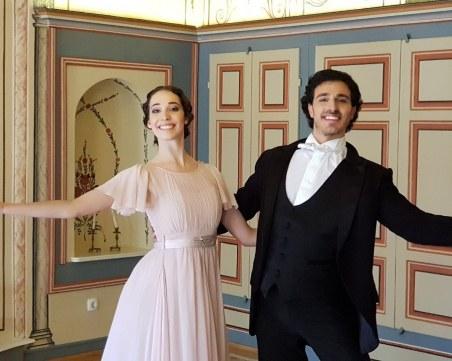 Операта пее, свири и танцува пред камери в Стария град