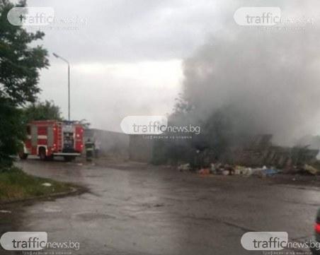 Пожар в Столипиново - пламъци обхвана гараж, тлее и сметище