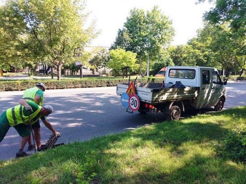 В очакване на нови дъждове: Чистят шахтите в Пловдив
