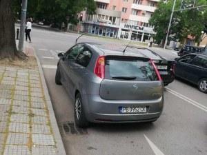 И това доживяхме! Безумно паркиране на метър от светофара