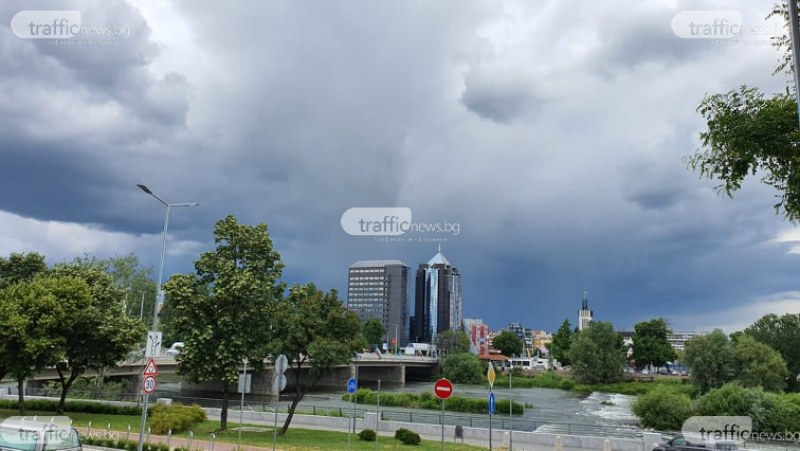 Дъждът продължава и днес, очакват се бури