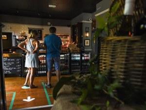 В Англия отварят предсрочно барове и ресторанти