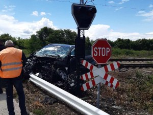 Влак удари кола, след което дерайлира