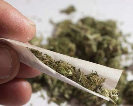 Хванат в крачка: 18-годишен опита да се отърве от дрога, вхъли топче хашиш от колата