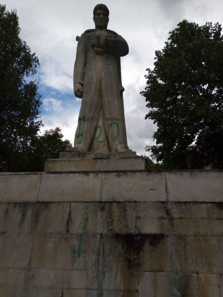 Спипаха двама тийнейджъри, надраскали паметник и храм в Пазарджишко