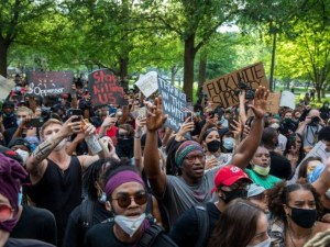 Стотици се събраха пред Белия дом заради смъртта на Джордж Флойд