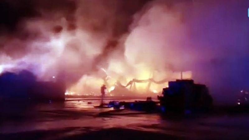 Тонове плодове и зеленчуци са унищожени при пожара в склада край Кърналово