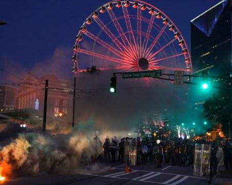 Безредиците продължават! Арести, сълзотворен газ и палежи в Щатите