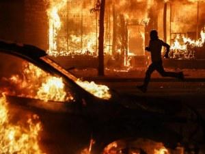 Продължават протестите в Минеаполис! Полицията пусна сълзотворен газ