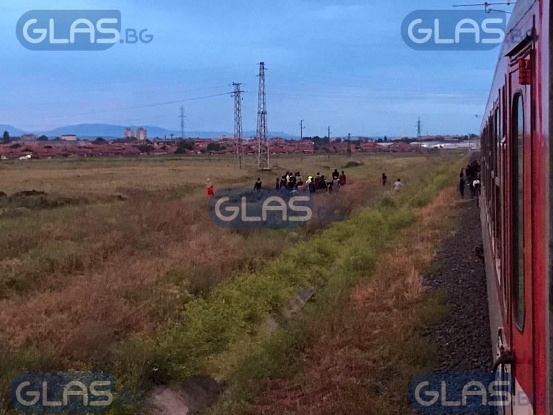 Влакът за Пловдив блъсна дете, пътниците блокирани*