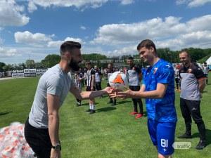 Капитанът на Локо изпълни обещанието - дари 112 топки на децата