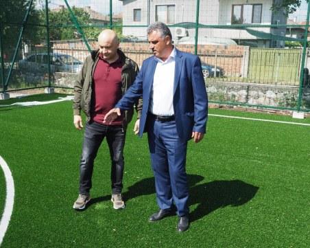 Кметът Димитър Иванов инспектира строежа на нова спортна площадка в село Царацово