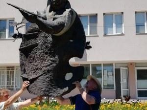 Издигнаха 2-метров паметник на Златю Бояджиев в родното му Брезово