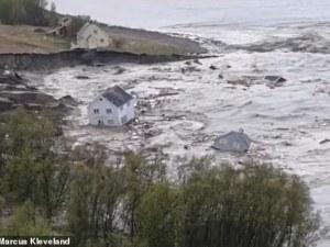 Видео показа как огромно свлачище отнесе 8 къщи в морето