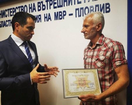 56-годишният Иван Женков с почетна грамота  от пловдивската полиция