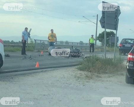 Моторист е блъснат на Карловско шосе, движението е блокирано