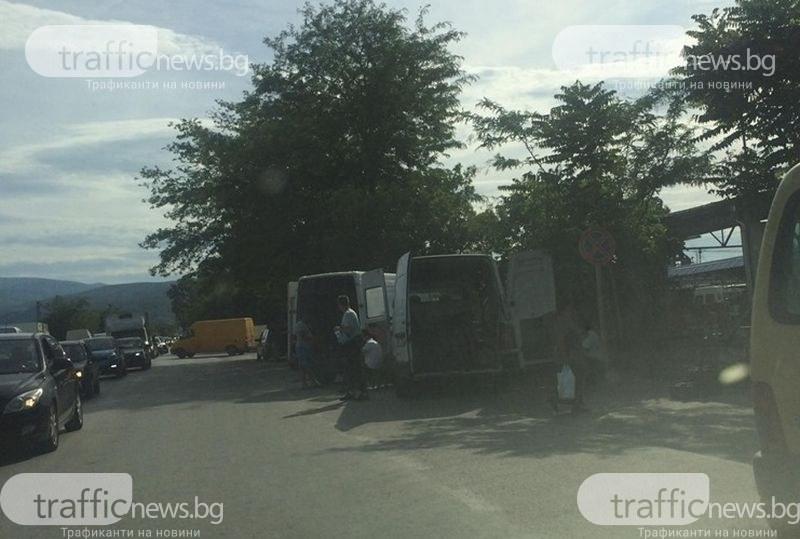 Хаос на борсата край Първенец! Десетки румънски роми щурмуваха тържището