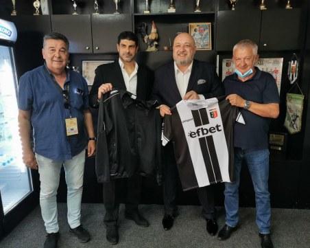 Крушарски подари черно-бял екип на спортния министър