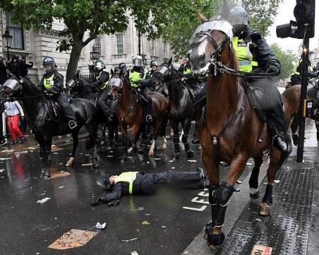 Полицай е ранен при масови протести в Лондон