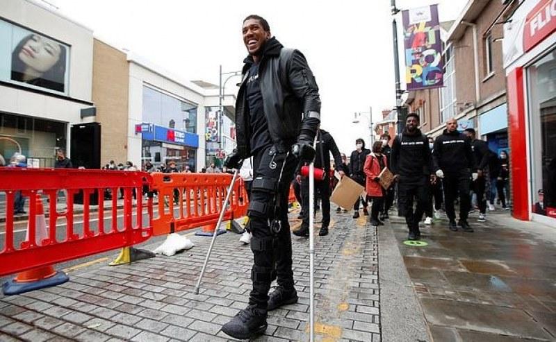 Антъни Джошуа на протест с патерици - сериозна ли е травмата му?