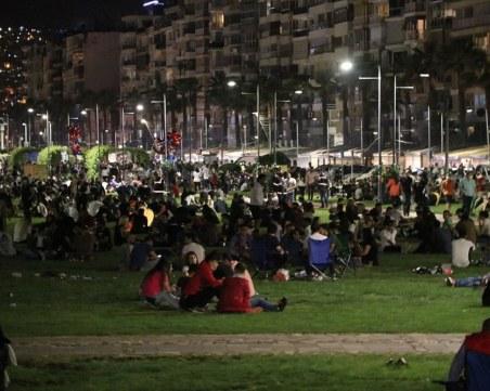 Стотици души напълниха плажната ивица на Измир, забравиха за мерките
