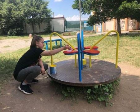 Парк се озари в цветовете на трибагреника под четката на 14-годишната Ирина от Асеновград