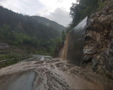 Паднала скална маса затвори едната лента на пътя Девин - Кричим