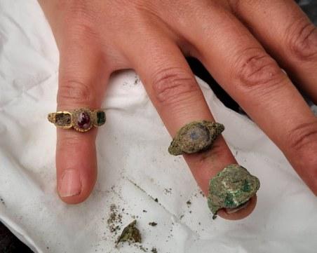 Скелет на млада жена с ценни пръстени откриха археолози в центъра на Пловдив