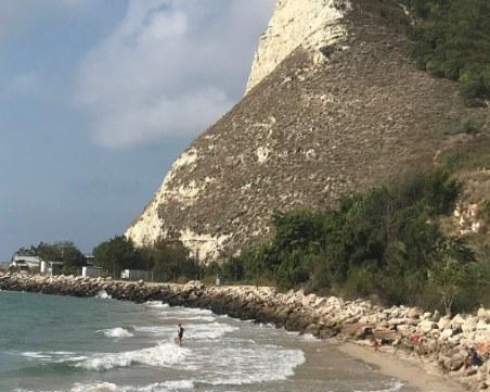 Дете загина на къмпинг на Черноморието! Затисна го скала