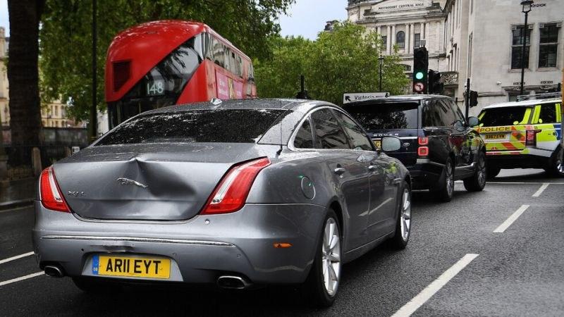 Борис Джонсън катастрофира, след като протестиращ изскочи пред автомобила му