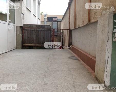 Собственик на ресторант построи вход върху стълбището на блок в Тракия