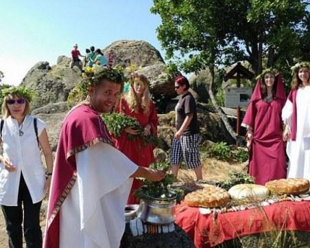 Тракийски ритуал и кулинарна изложба на Празника на слънцето в Брезовско