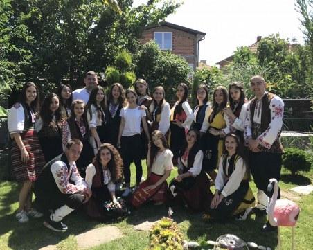 С гайди и народни носии пловдивски ученици изненадаха класната си