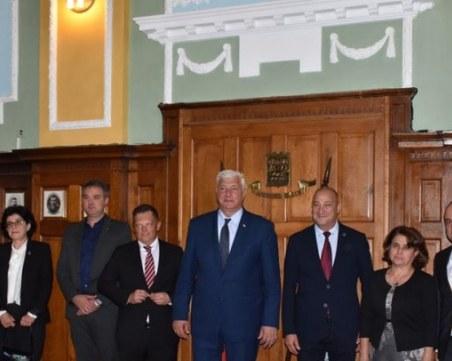 Има ли дефицит на управленски капацитет в Община Пловдив? Раздават хиляди на външни експерти