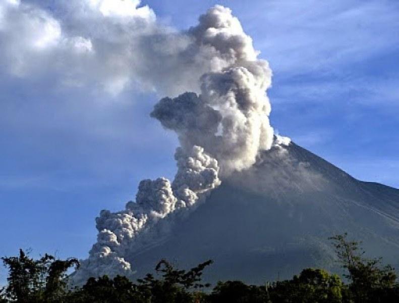 Пепел на височина 6 км хвърли вулкан Мерапи в Индонезия