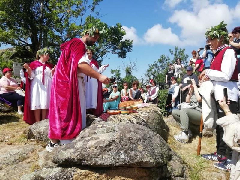 С ритуал и тракийски гозби почетоха Слънцето край Брезово