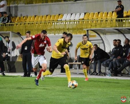 ЦСКА води на Ботев с 2:0, греда на Неделев, бой между жълто-черни фенове и полиция НА ЖИВО