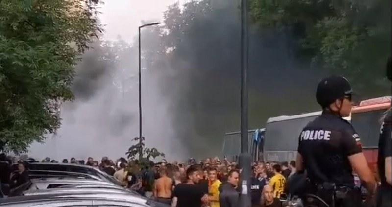 Появиха се кадри от боя на феновете на Ботев с полицията