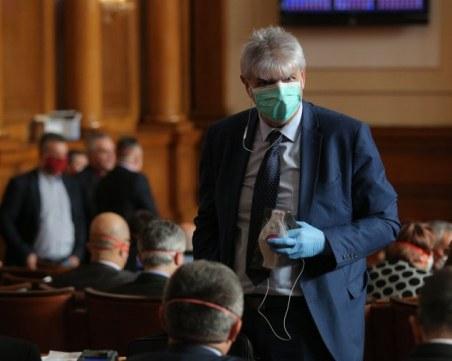 Скандал в парламента! Славчо Атанасов се оплака, че има депутати без маски
