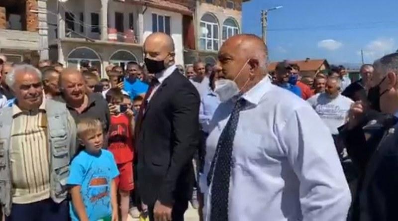 Борисов на инспекция във Велинградско, посрещнаха го с аплодисменти